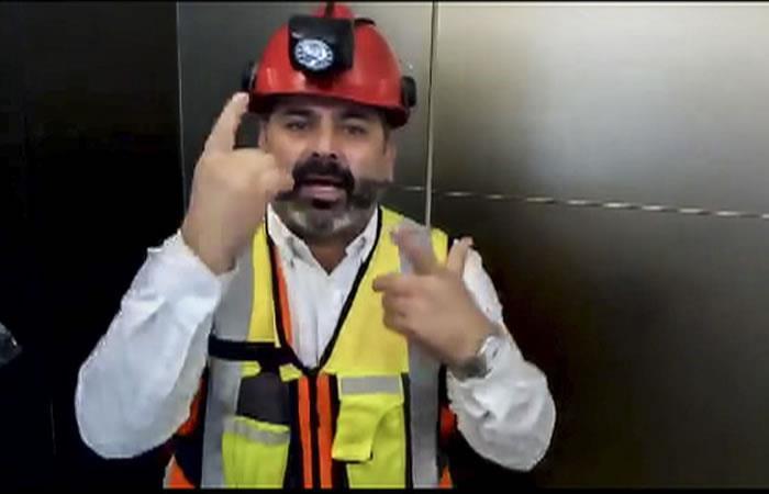Foto tomado de un video del minero chileno Mario Sepúlveda apoyando a los niñoas atrapados en Tailandia. Foto. AFP.