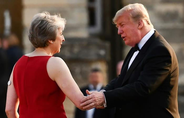 La primera ministra de Reino Unido, Theresa May, saluda al presidente de Estados Unidos, Donald Trump. Foto. AFP.