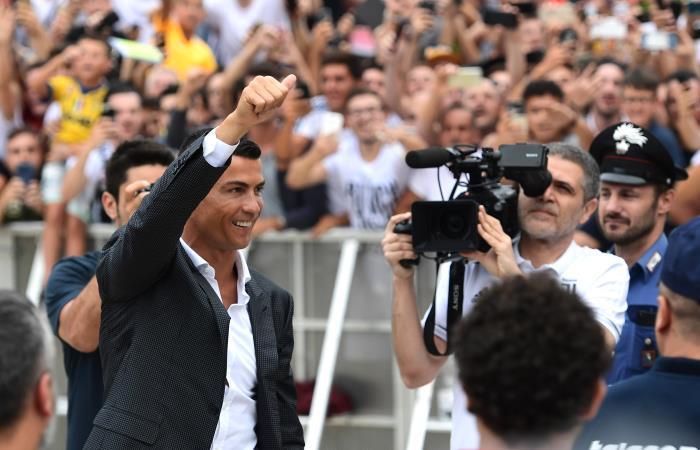 Cristiano Ronaldo saluda a los hinchas de Juventus. Foto: AFP