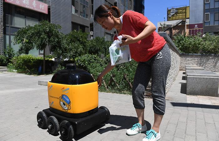 Estos robots llevan los pedidos a una velocidad de cerca de 3 km/h. Foto: AFP
