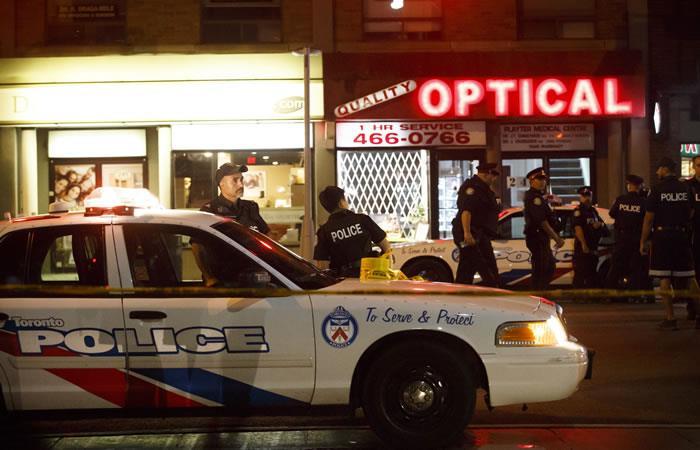 Policías de Toronto en la calle Danforth, donde se produjo un tiroteo que dejó dos muertos. Foto: AFP