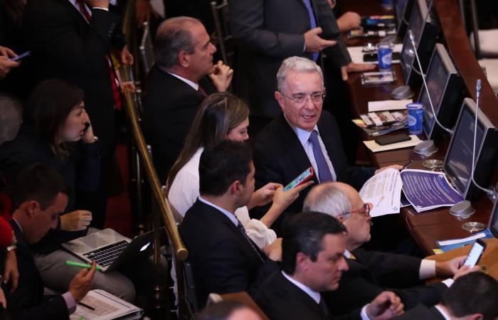 El senador Álvaro Uribe Vélez (c-d) asiste a la instalación del nuevo periodo de sesiones del Congreso. Foto. EFE.