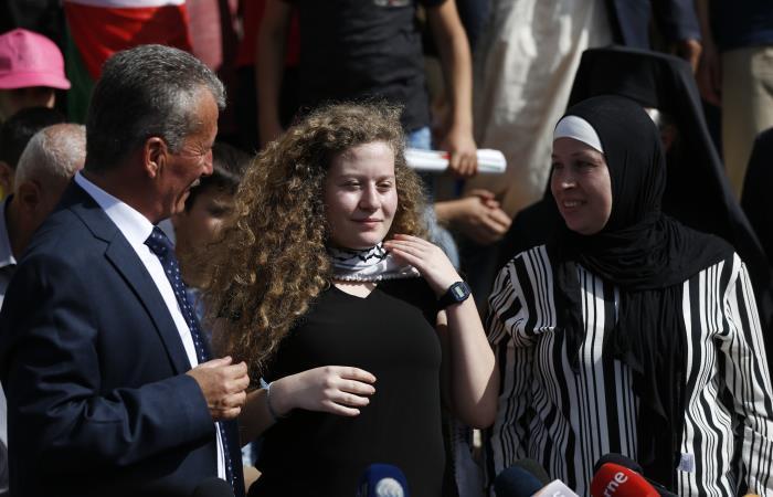 La activista y defensora palestina Ahed Tamimi (C) se encuentra entre su padre (CL) y su madre (CR). Foto: AFP