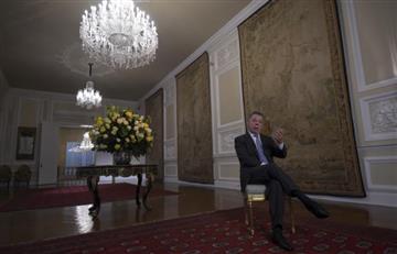 Santos deja la presidencia tras obtener la paz a costa de su popularidad