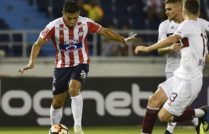 Teófilo Gutiérrez en acción con Junior de Barranquilla en Copa Sudamericana ante Lanús. Foto: AFP