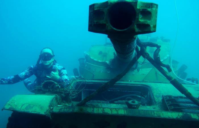 Líbano: Sumergen tanques en el mar para atraer a submarinistas