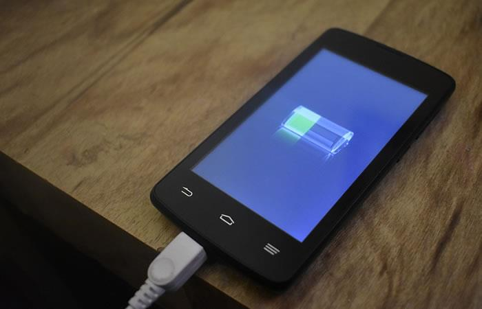 ¿Qué pasa cuando cargas el celular con un cable dañado o falso?