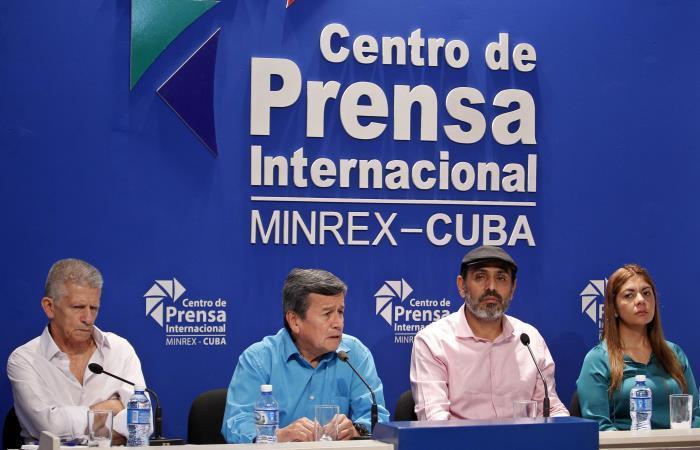 Los delegados del Ejército de Liberación Nacional de Colombia (ELN), ofrecen una rueda de prensa en La Habana. Foto. EFE.