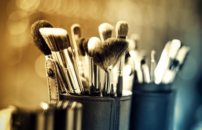 ¿Por qué es importante limpiar las brochas de maquillaje?