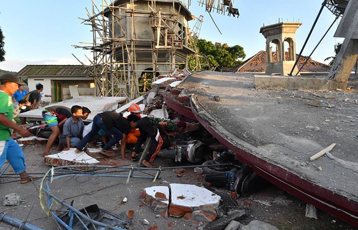 Atapados intentan salir de Lombok tras el terremoto. Foto: AFP