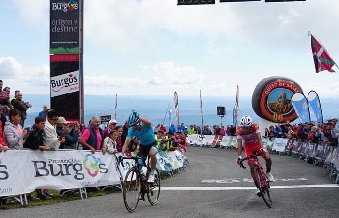 Miguel Ángel López (IZ) e Iván Sosa (D) haciendo el 1-2 en la tercera etapa de la Vuelta a Burgos. Foto: twitter oficial @AstanaTeam