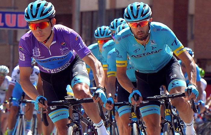 Miguel Ángel López (I), con la camiseta de líder de la Vuelta a Burgos. Foto: EFE