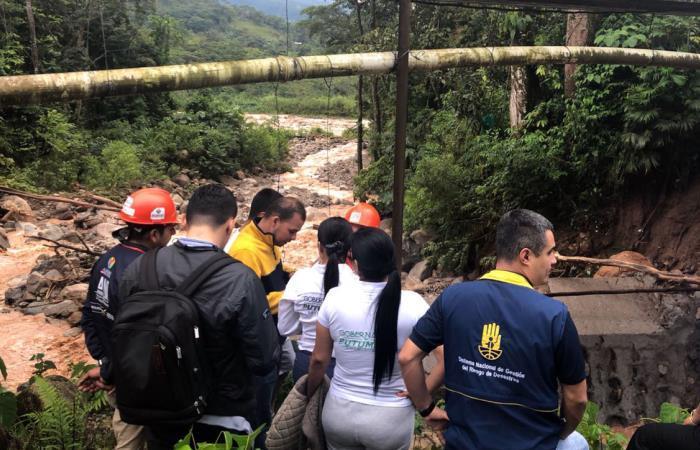 Fotografía cedida por la oficina de prensa del Ejército de Colombia que muestra un grupo de personas haciendo monitoreo de las aguas en Mocoa. Foto: EFE