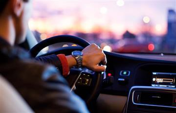 Conductor busca hombre que dejó 5.000 dólares en su auto en Bogotá
