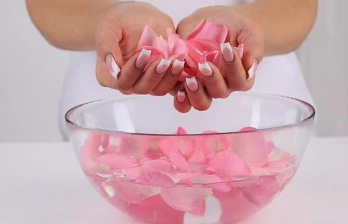 Cinco usos del agua de rosas para una piel perfecta