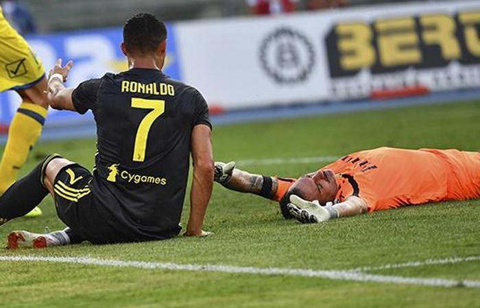Cristiano Ronaldo dejó con fractura nasal al arquero del Chievo tras fuerte choque