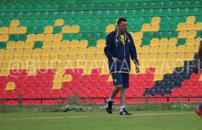 Bucaramanga oficializó la salida de su técnico Carlos Mario Hoyos