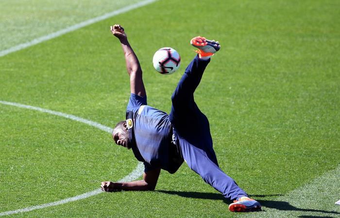 Usain Bolt muestra sus habilidades como jugador de fútbol en Australia
