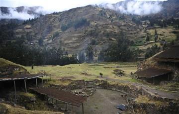 Robots descubren milenarios entierros y galerías en Perú