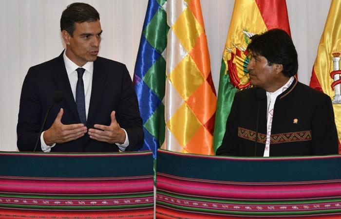 El presidente del gobierno español Pedro Sánchez (I) y el jefe de Estado boliviano Evo Morales hablando en Santa Cruz, Bolivia, el 28 de agosto de 2018. Foto: AFP
