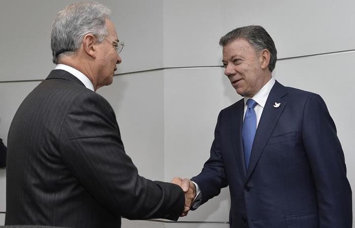 Santos supera a Uribe en favorabilidad, según última encuesta Gallup. Foto. EFE.