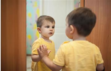 Video: Escalofriante escena de niño mirándose al espejo da la vuelta al mundo ¿Por qué?