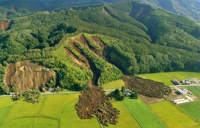 Vista aérea de la localidad de Atsuma, norte de Japón, parcialmente sepultada por un corrimiento de tierra provocado por un sismo de magnitud 6,6 el 6 de septiembre de 2018. Foto: AFP.