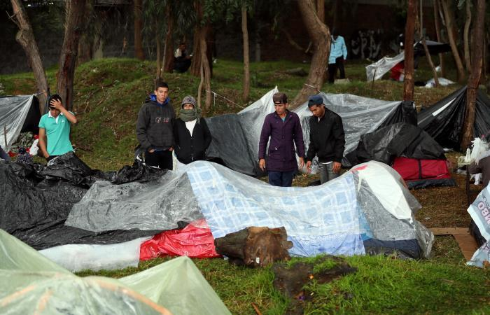 A la sombra de su sueño, venezolanos acampan en Bogotá y esperan un futuro