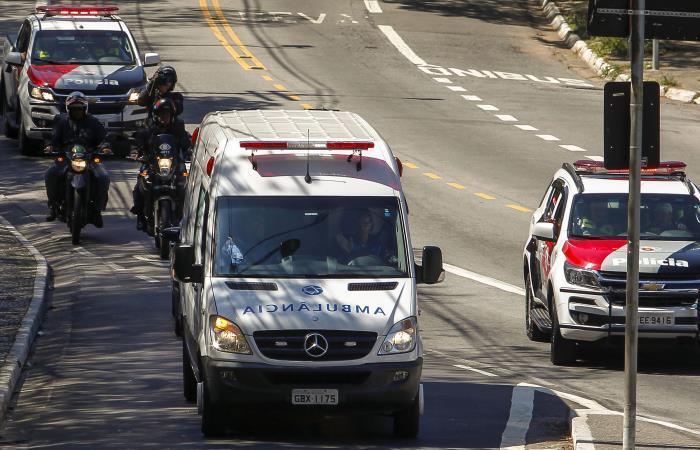 La ambulancia que trasladó al candidato presidencial Jair Bolsonaro, apuñalado durante la campaña electoral. Foto. AFP.
