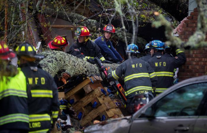 Equipos de rescate retiran un árbol que ha caído en una vivienda, tras el paso del huracán Florence. Foto: EFE