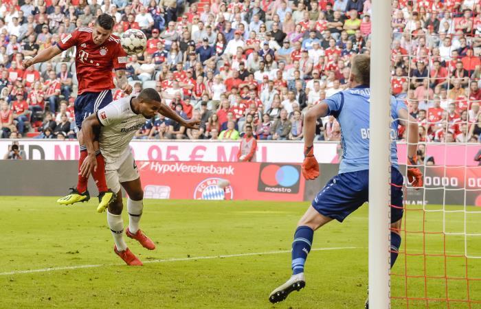 James Rodríguez cabecea para anotar el tercer gol de Bayern Munich ante Leverkusen. Foto: AFP