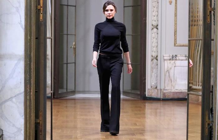 Victoria Beckham presentó por primera vez una colección en la Fashion Week de Londres. Foto: AFP