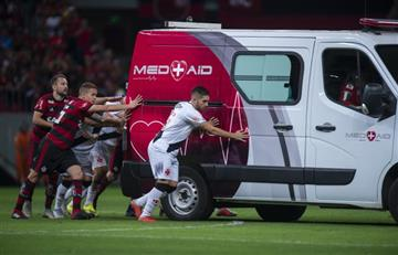 [VIDEO] ¡De no creer! Ambulancia se vara en medio de una cancha de fútbol
