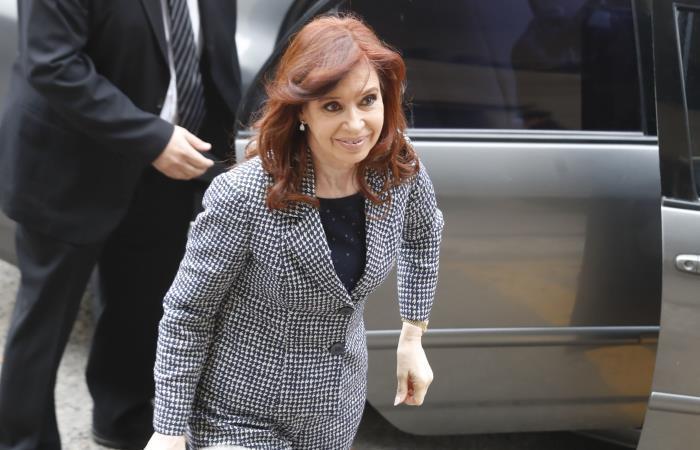 La expresidenta argentina Cristina Fernández acude a declarar ante un juez por una causa en la que se investigan presuntos delitos de lavado de dinero. Foto: EFE.