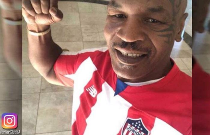 Myke Tyson y la imagen con la camiseta de Junior de Barranquilla. Foto: Instagram