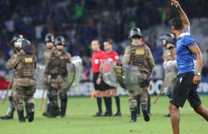 Hinchas de Cruzeiro invadieron el campo de juego luego de que su equipo fuera eliminado de Copa Libertadores. Foto: EFE