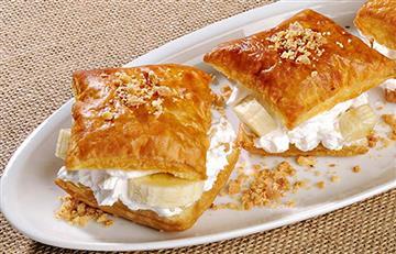 Hojaldre de maní con relleno de banano y fruta blanca