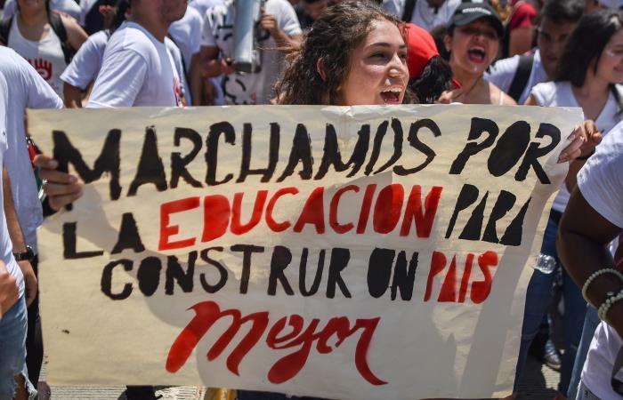 El pasado 10 de octubre, miles de estudiantes, profesores y rectores de universidades públicas salieron a las calles. Foto: AFP