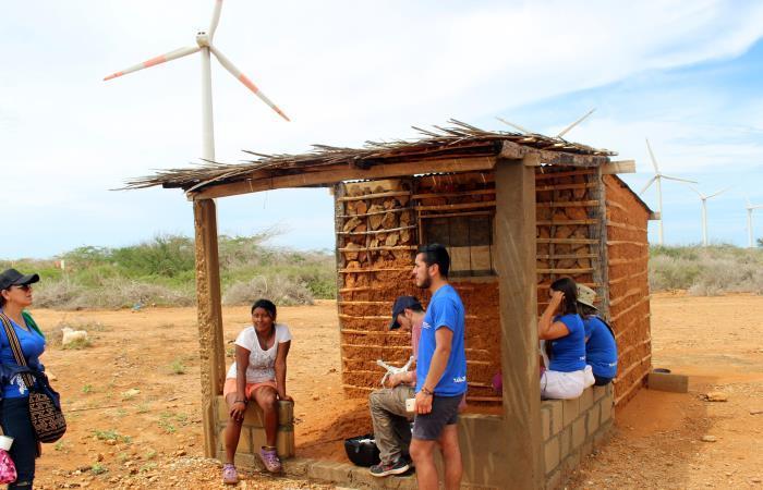 Casa bahareque sin servicio de energía, a escasos metros de las generadoras del Parque Eólico Jepírachi en la Alta Guajira. Foto: EFE