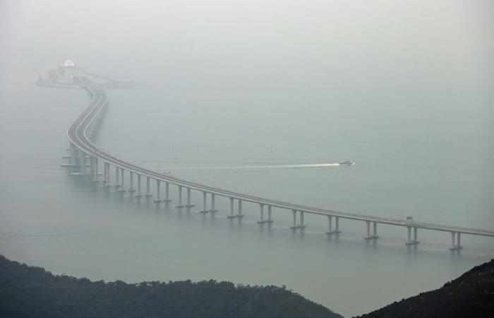 Una embarcación policial patrulla las aguas próximas a un tramo del puente Hong Kong-Zhuhai-Macao. Foto: AFP.