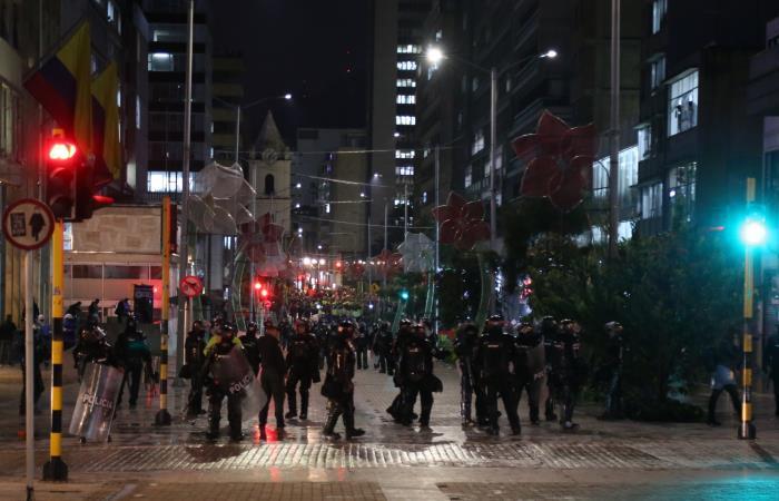 Los estudiantes se enfrentan al ESMAD durante las protestas en Bogotá. Foto: AFP