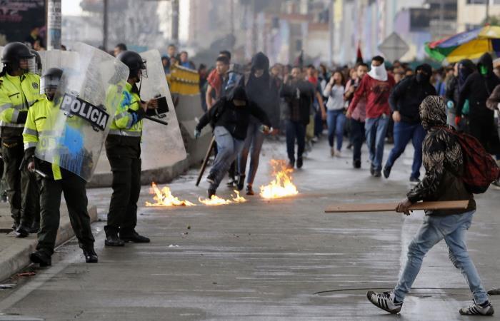 Los estudiantes se enfrentan con la policía antidisturbios durante una manifestación de demanda de aumento de presupuesto para la educación. Foto: AFP.