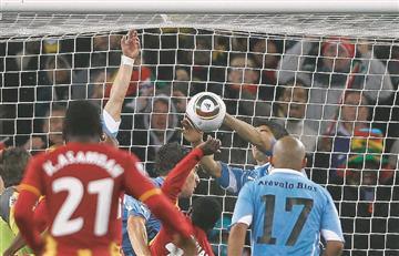 [VIDEO] 7 jugadores que salvaron un gol con la mano