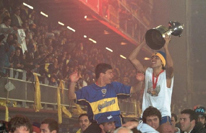 Juan Román Riquelme levantado la Copa Libertadores de 2001. Foto: AFP