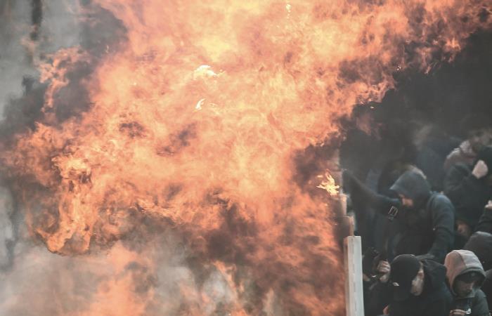 A pesar de lo sucedido, el partido entre AEK y Ajax se jugó. Foto: AFP