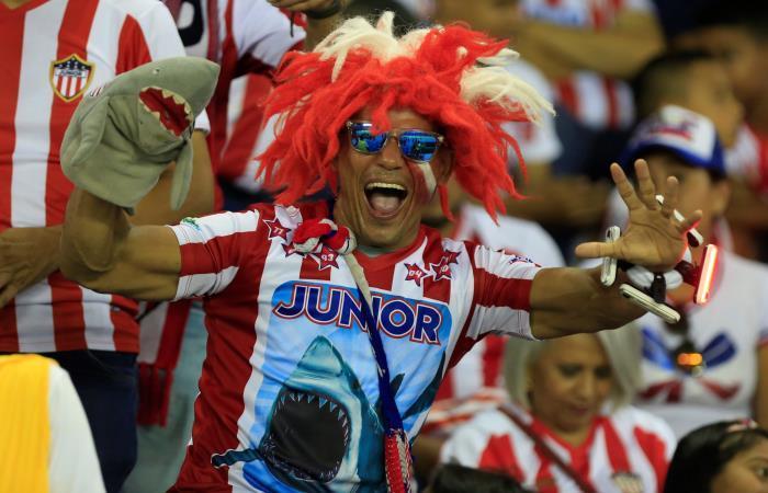 Los hinchas de Junior acompañaron a su equipo, pero no llenaron el estadio. Foto: EFE
