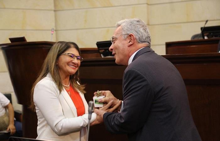 Álvaro Uribe recibe planta por la 'paz' de senadora de la FARC
