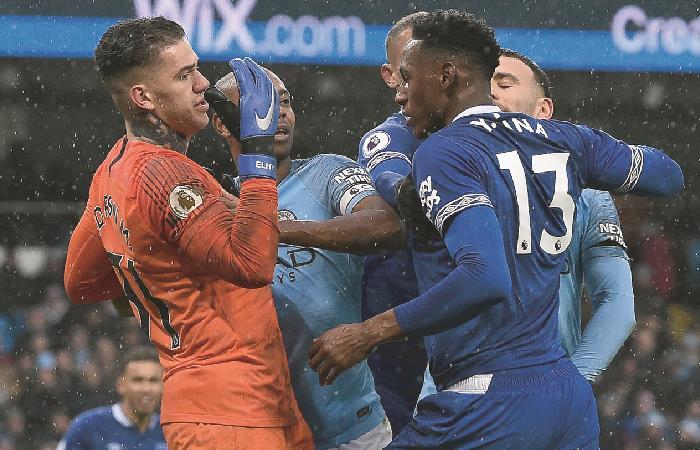 Yerry Mina jugó los 90 minutos ante un demoledor Manchester City