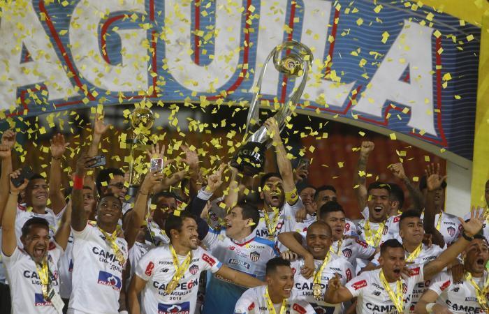 Jugadores de Junior de Barranquilla rompieron trofeo de la Liga Águila