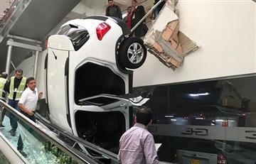 Un carro cayó de un piso al otro dentro de un centro comercial